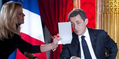 Nicolas Sarkozy se regarde dans un miroir avant le début de émmission dimanche 29 janvier 2012_Lionel_Bonaventure